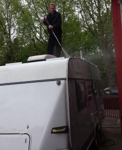 Martin-Keinath-reinigt-einen-Wohnwagen